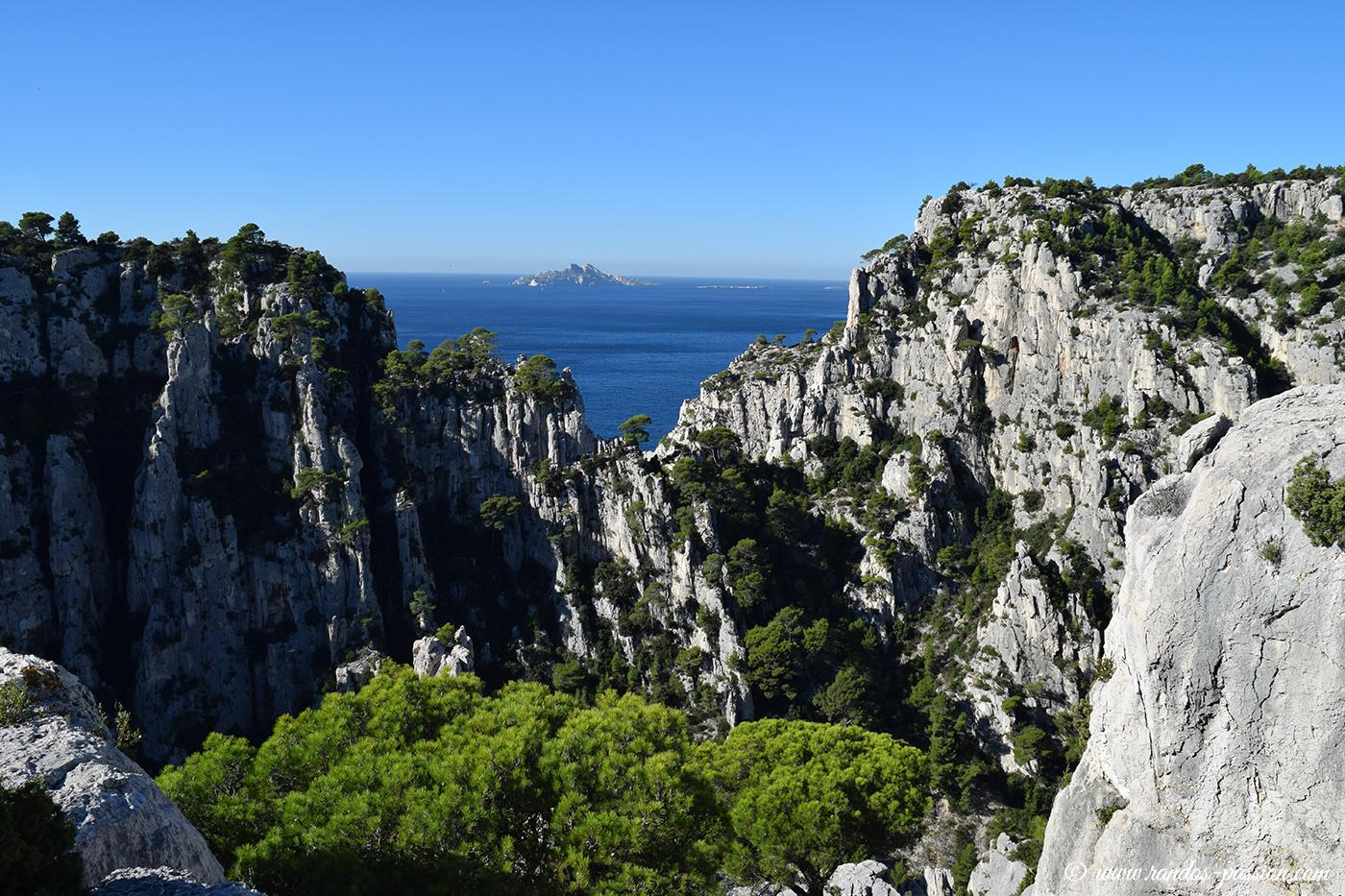 La brèche de Castelvieil et l'île de Riou