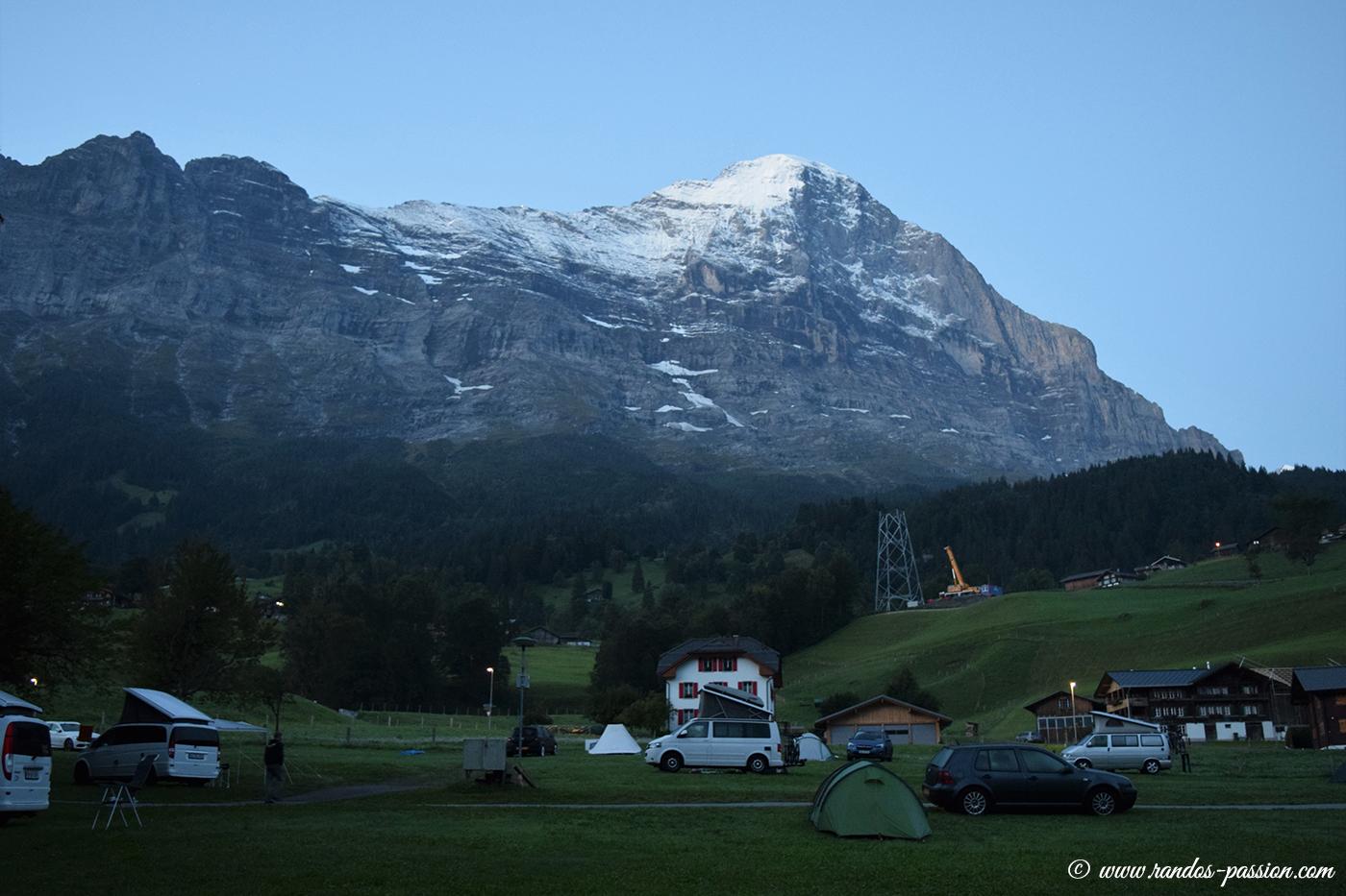 Au lever du jour, le camping Eigernordwand et la face Nord de l'Eiger