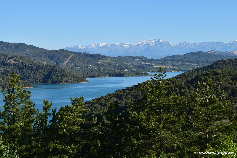 Le lac del Grado et le massif du Mont-Perdu vu depuis Torreciudad