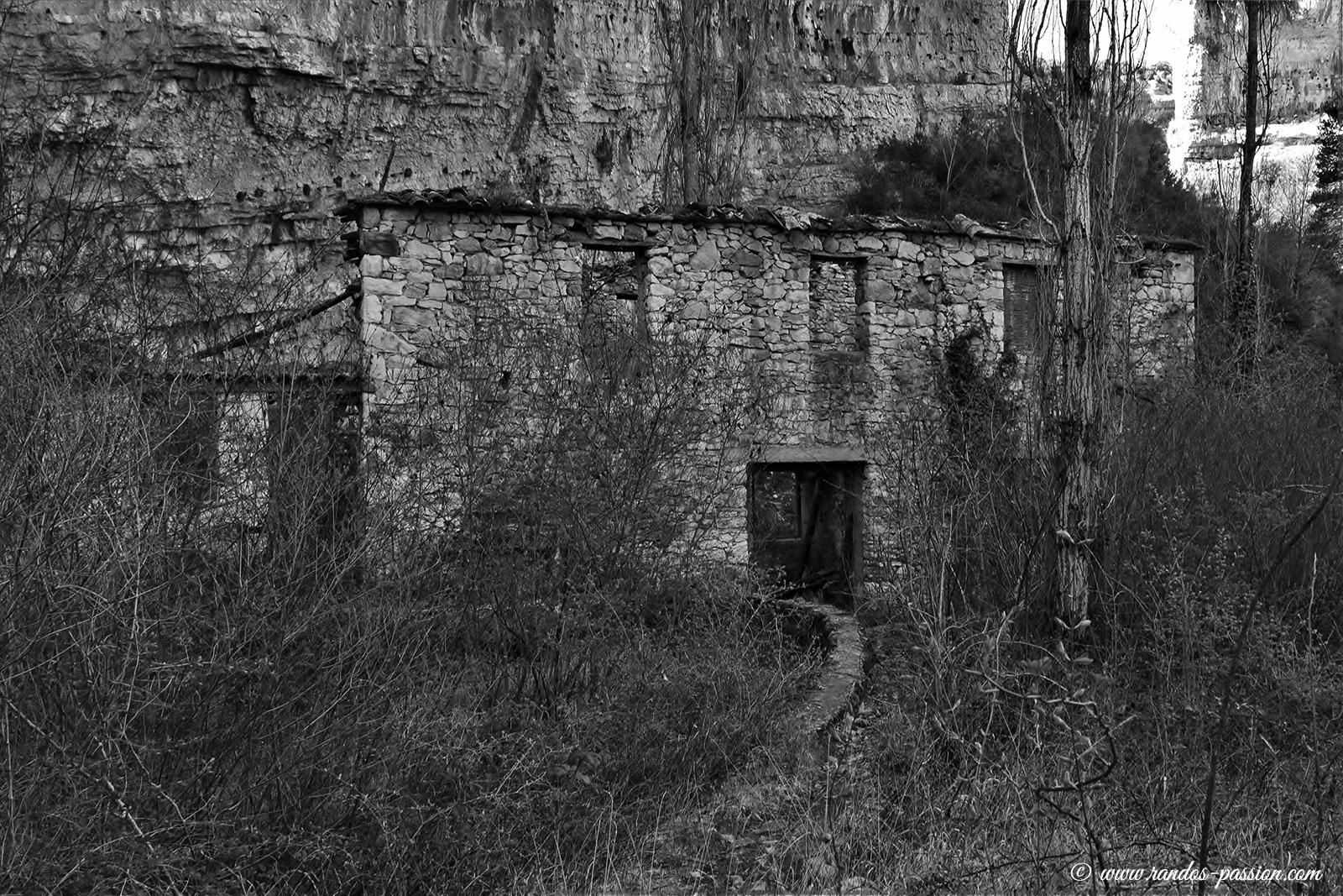 Les ruines du moulin de Lecina au Rio Vero