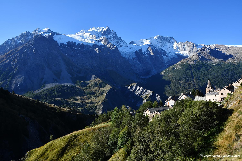 Le hameau des Hiéres et le massif de la Meije