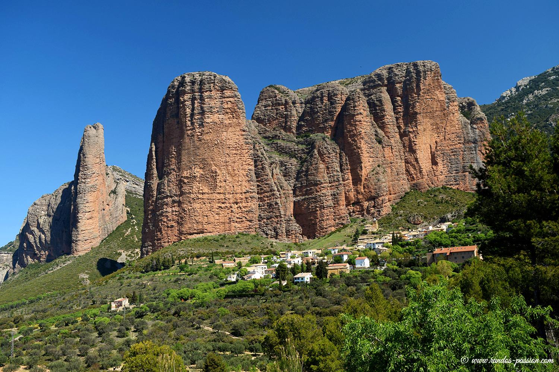 Le village et les Mallos de Riglos - Aragon
