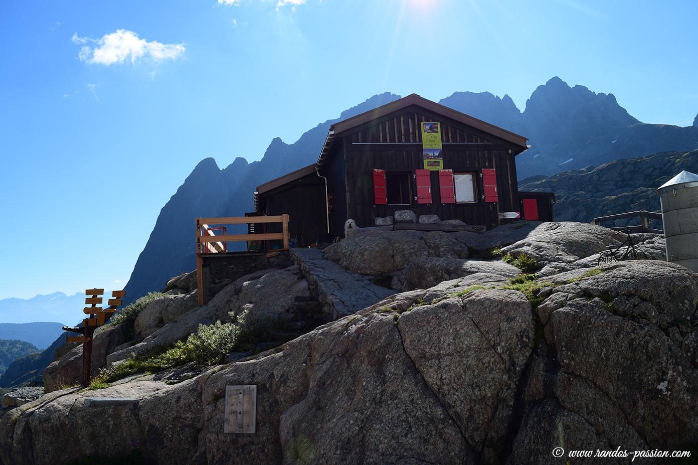La cabane du Vieux Émosson et derrière l'Aiguille du Van (2578m), le Grand Perron (2673m) et la Pointe de l'Ifala (2651m)