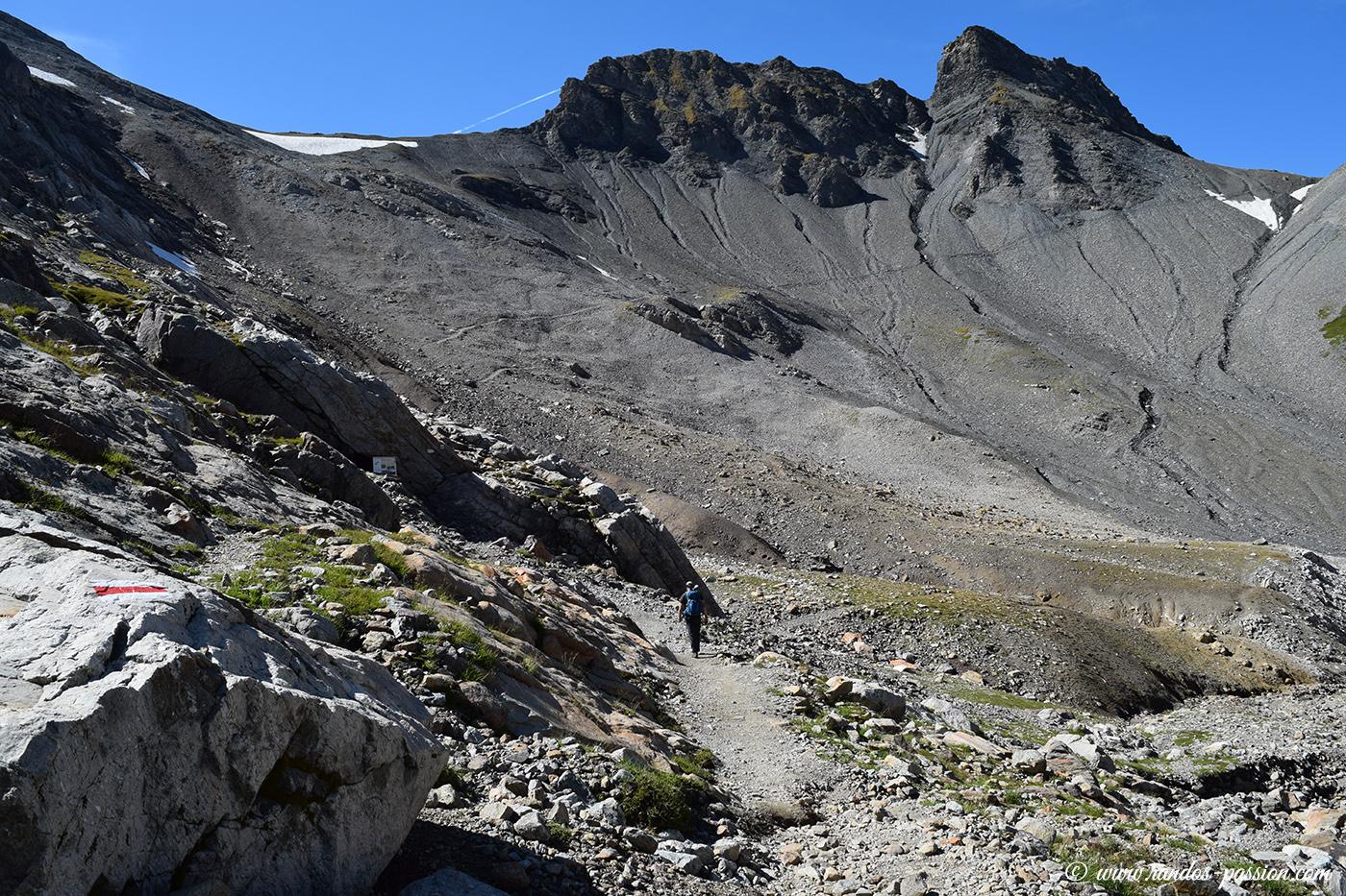 Le sentier file vers le col des Corbeaux (2602m)