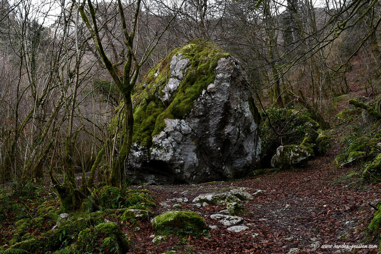 La grande roche sur le sentier du Teilhet