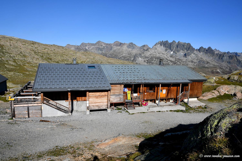 Le refuge de l'Etendard au lac Bramant - Savoie