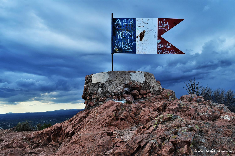 Le drapeau au Rastel d'Agay
